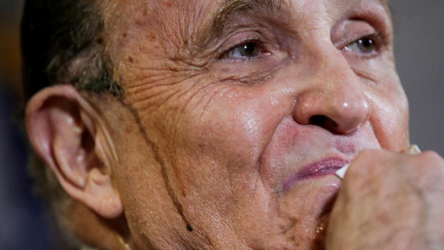 Twitter arde con los chorretones de tinte de Rudy Giuliani