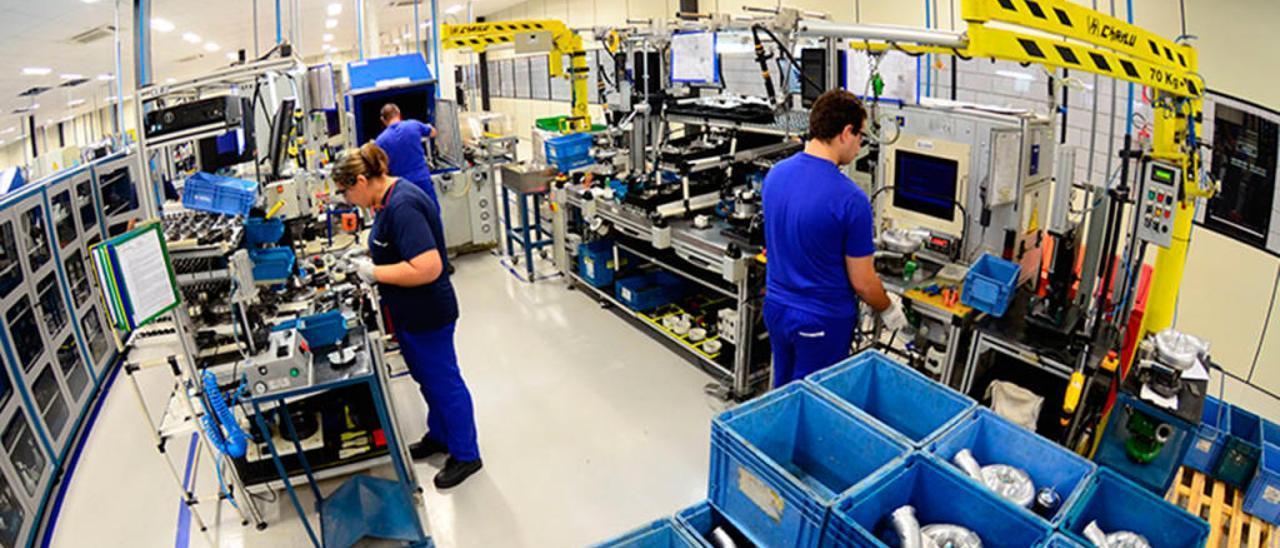 Trabajadores de una de las plantas de Borgwarner. // FDV