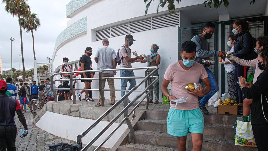 Una cola de 100 migrantes para un bocadillo y fruta