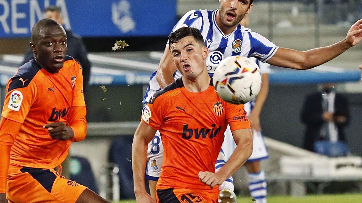 Diakhaby y Hugo Guillamón defienden durante el partido ante la Real Sociedad.