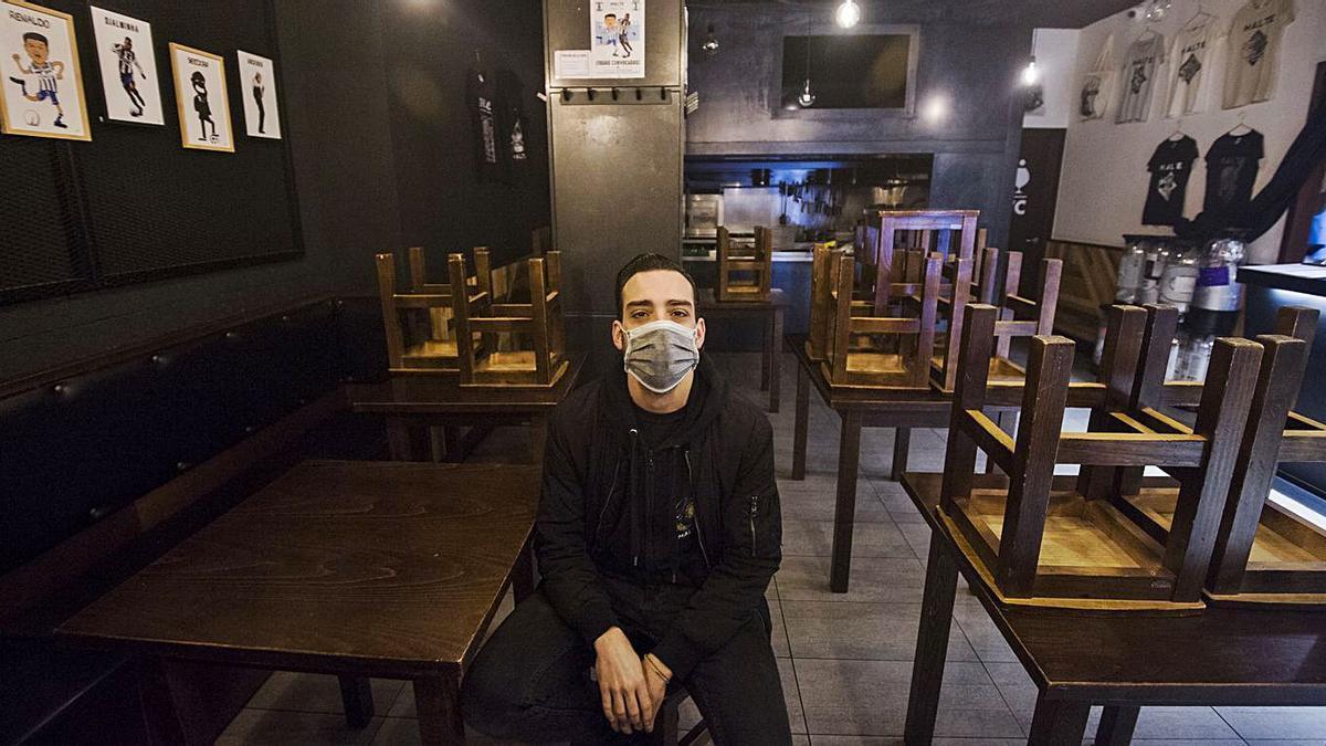 Juan Fernández en el interior de su negocio, la cervecería Malte.   | // CASTELEIRO/ROLLER AGENCIA
