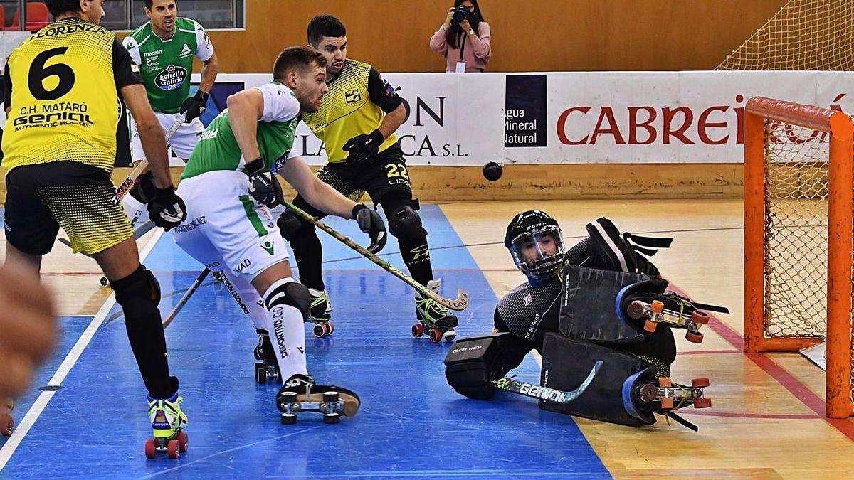 César Carballeira intenta superar al portero del Mataró.