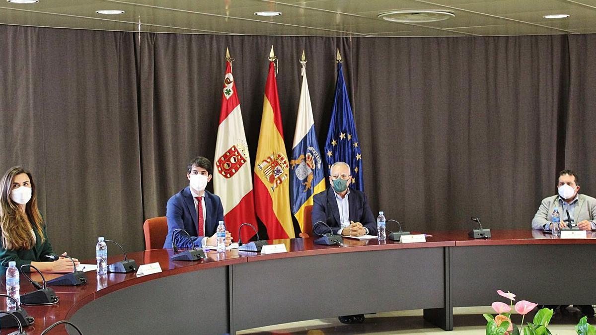 Representantes de la ZEC y el Cabildo de La Gomera, durante la reunión con las asociaciones de empresarios. | | E.D.