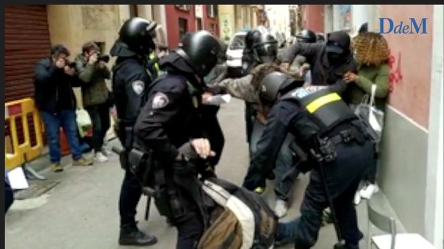 Un amplio dispositivo policial ejecuta uno de los ocho desahucios de ayer