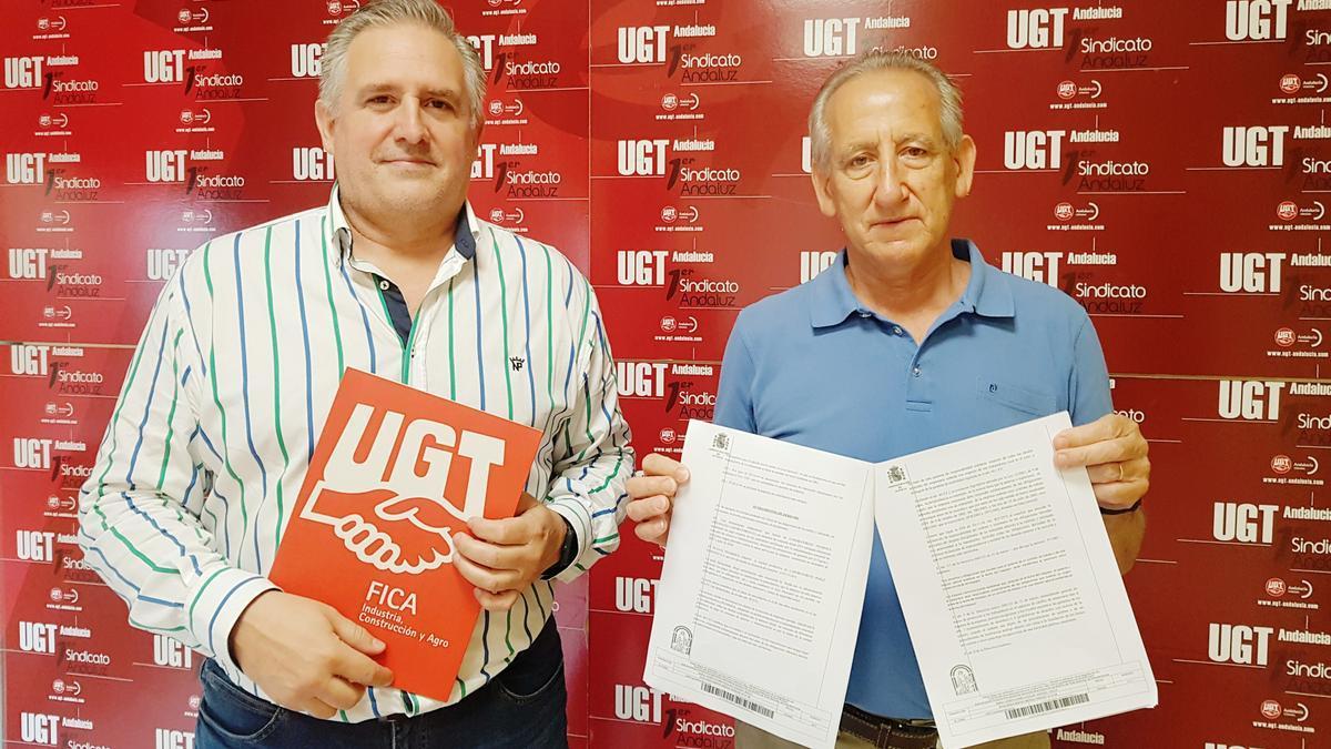 Pedro Téllez y José Ruiz muestran la sentencia sobre los ex trabajadores de Laboratorios Pérez Giménez.