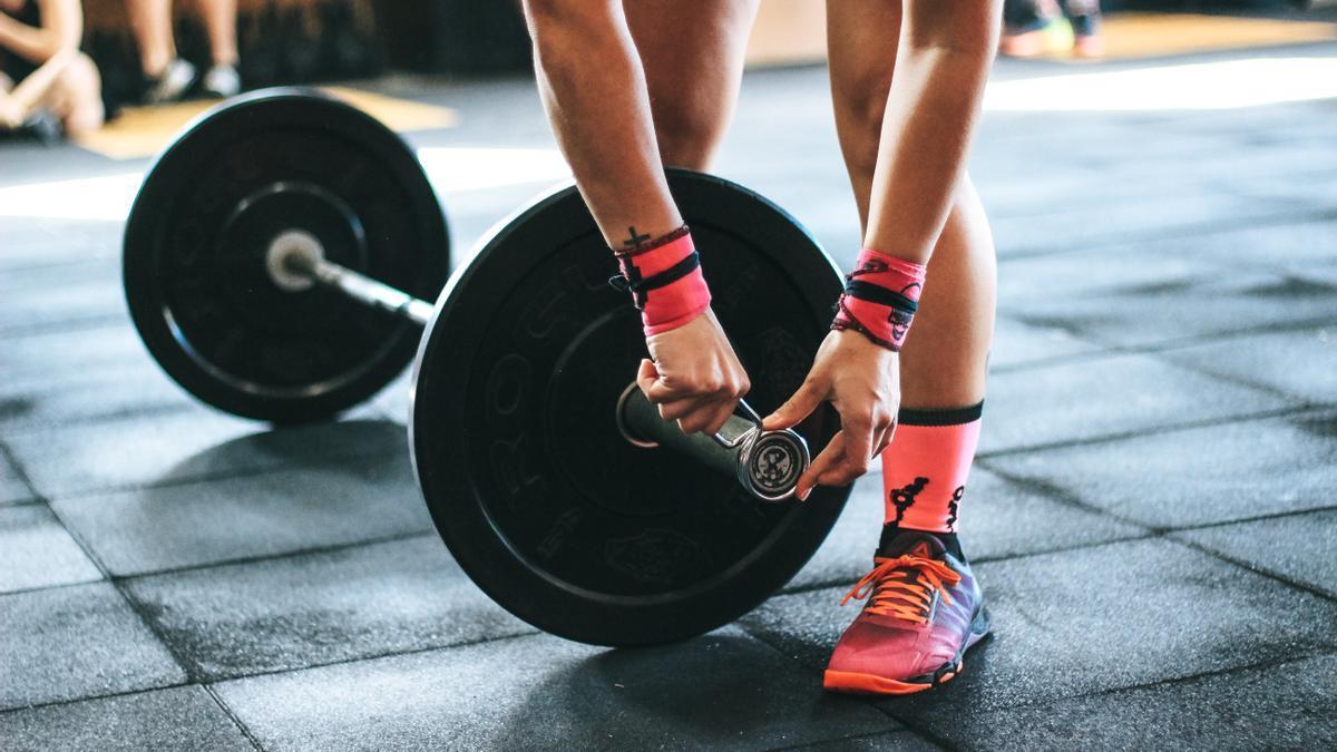 Levantamiento de pesas en un gimnasio.
