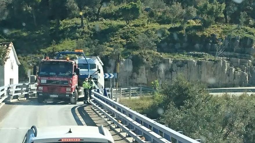 Un choque frontal obliga a cortar el puente de la Bota en Morella