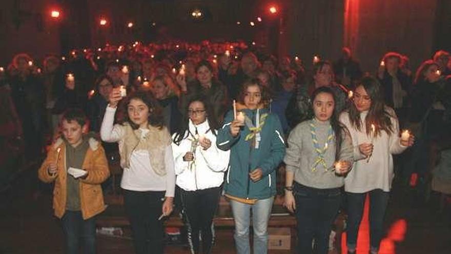 Los 'scouts' reparten la Luz de la Paz de Belén, que llega a las parroquias y casas