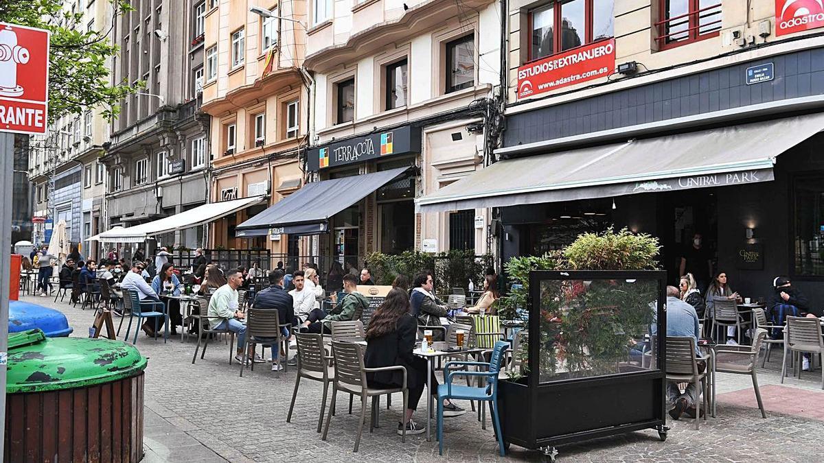 Clientes consumiendo en restaurantes de la plaza de Vigo.