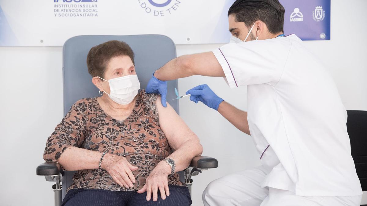 Doria Anatolia Ramos, de 84 años, primera vacunada de Tenerife, recibe la segunda dosis