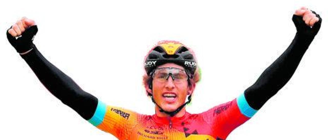 Iván Cortina celebra una victoria de etapa.   Ángel González