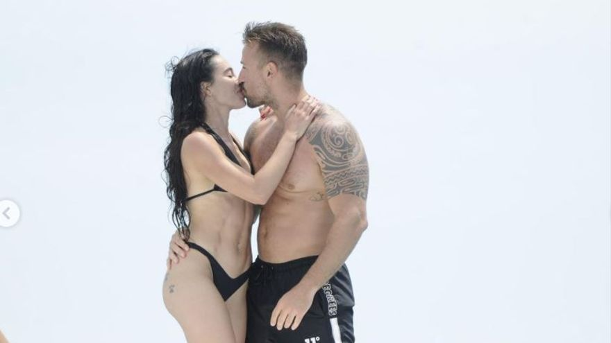 """Las imágenes """"robadas"""" de Rafa Mora junto a su novia en Ibiza enfadan a sus fans: """"Sabéis muy bien dónde está el fotógrafo"""""""