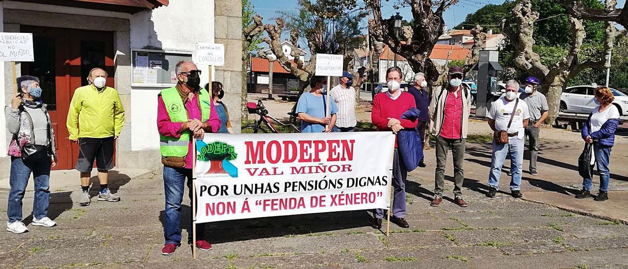 Jubilados en la concentración del último lunes en A Ramallosa.  