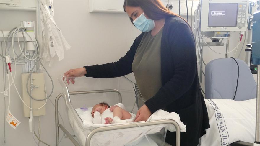 El hospital San Juan de Dios de Córdoba realiza con éxito su primera intervención quirúrgica a un recién nacido