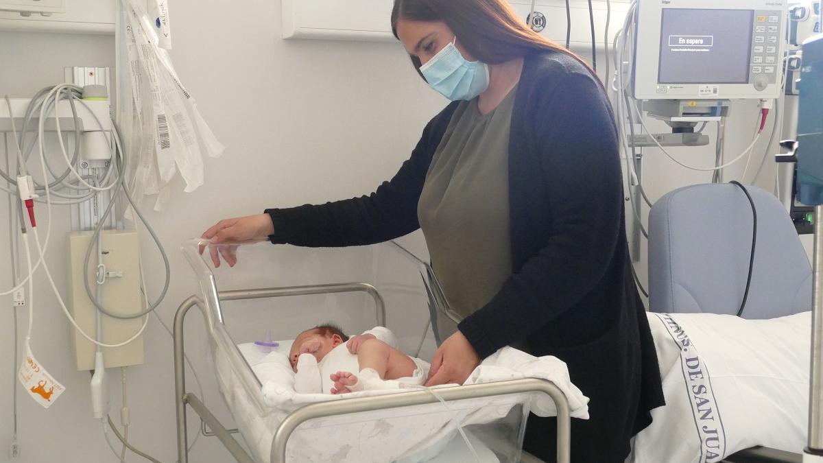 El bebé intervenido quirúrgicamente en el hospital San Juan de Dios de Córdoba, junto a su madre, poco antes de recibir el alta.