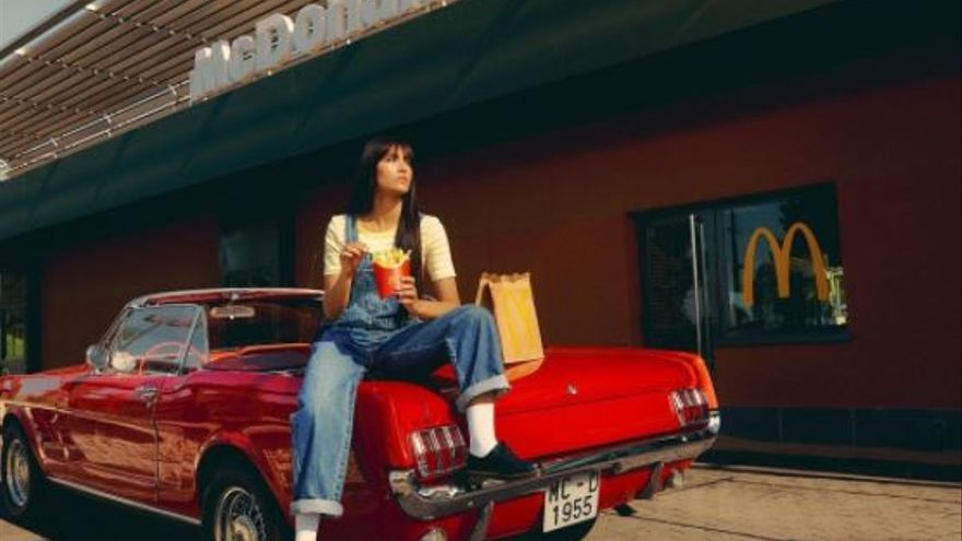 La cantante Aitana se une a McDonald's y saca su propio menú personalizado
