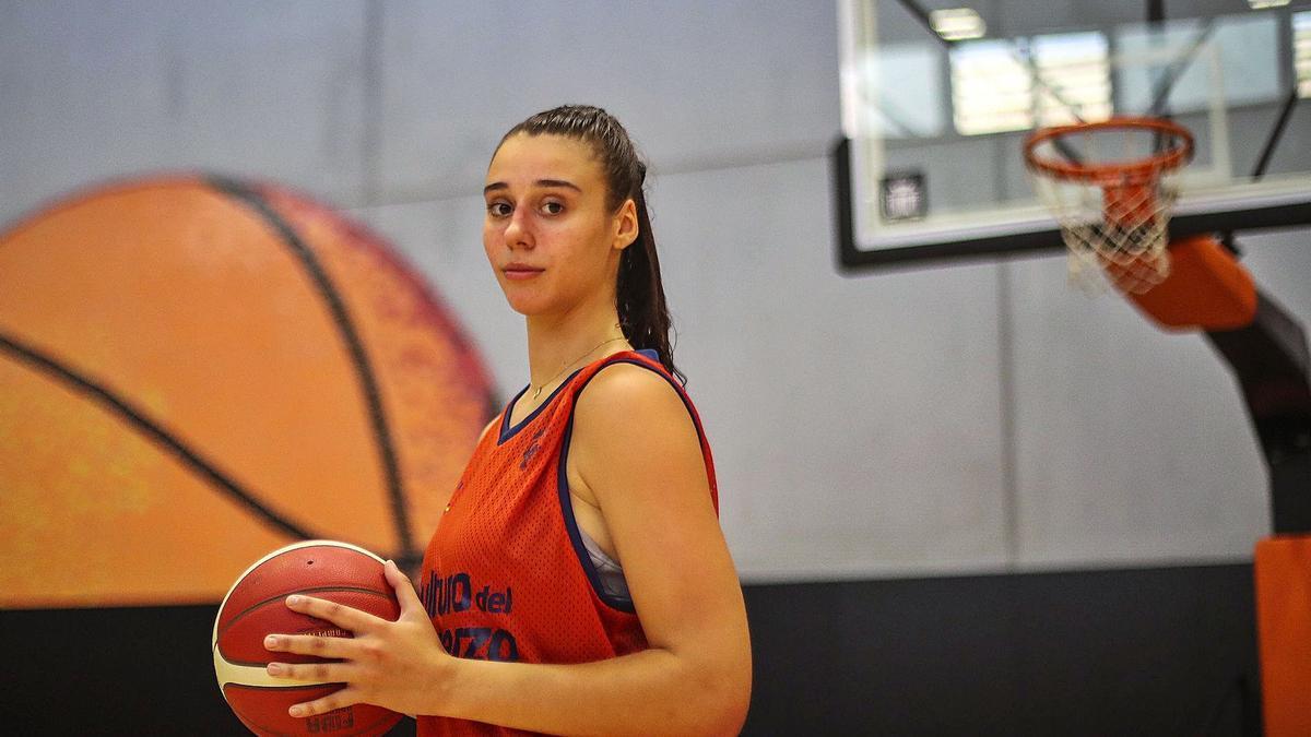 Raquel Carrera posa para Levante EMV en L'Alqueria del Basket antes de afrontar una semana cargada de partidos.   F. CALABUIG