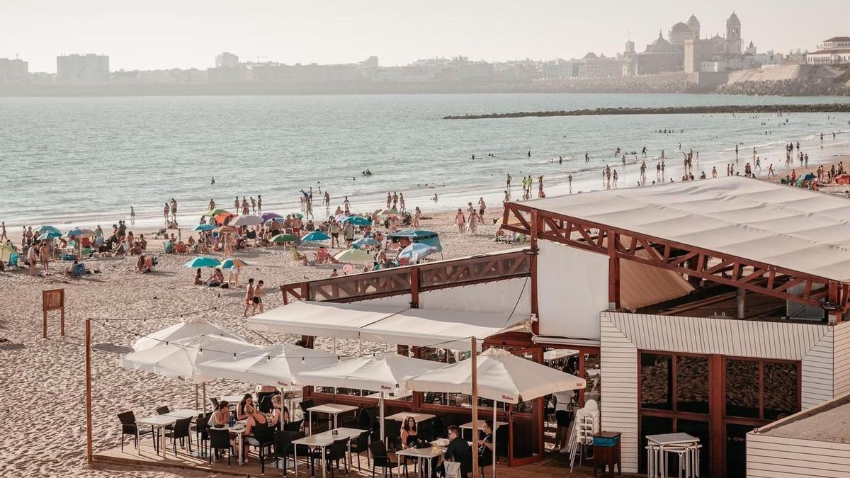 Un chiringuito en la playa de Cádiz en una imagen de archivo