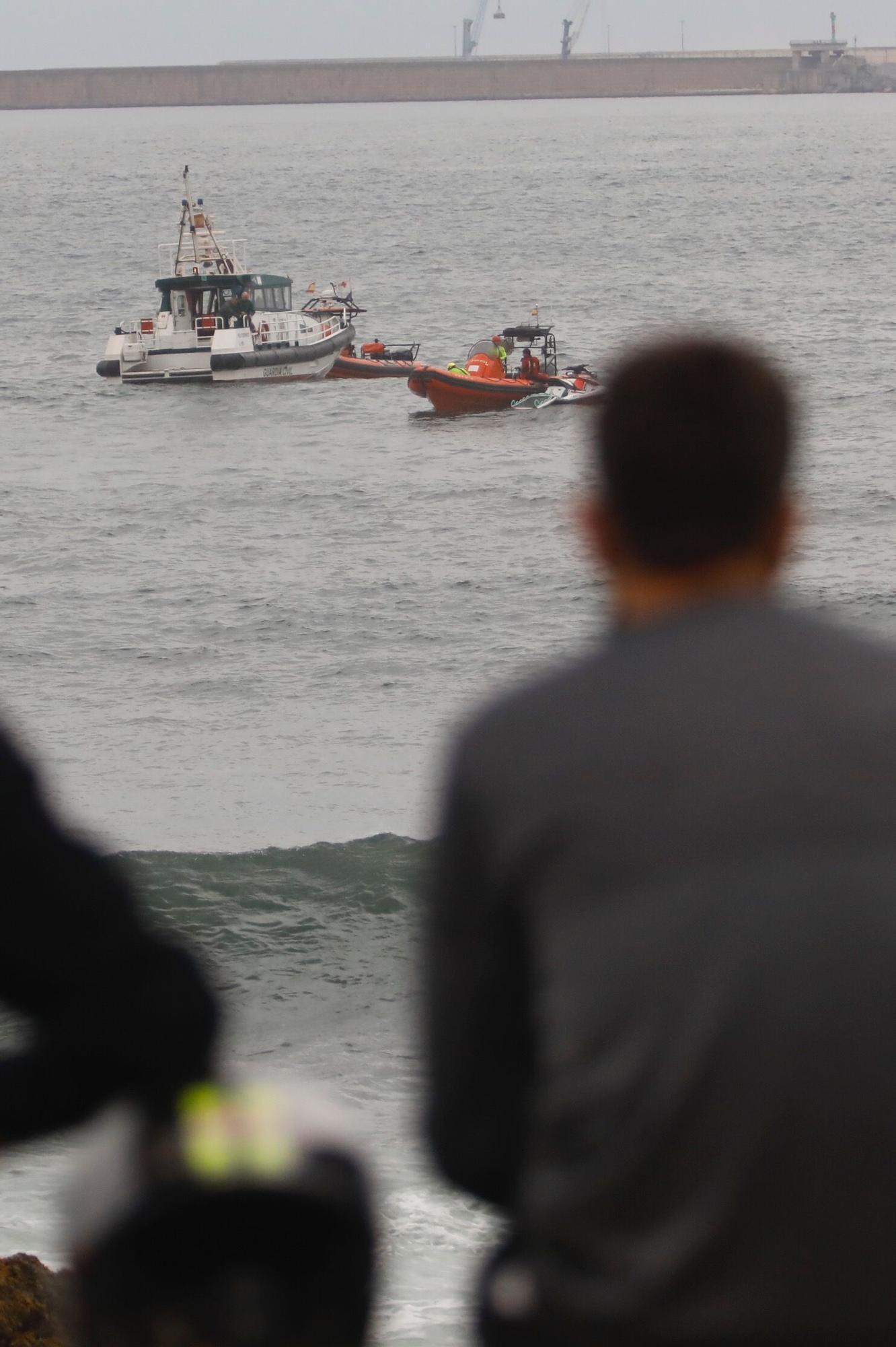 Una persona fallecida y un herido tras volcar su lancha enfrente de la costa de Gijón