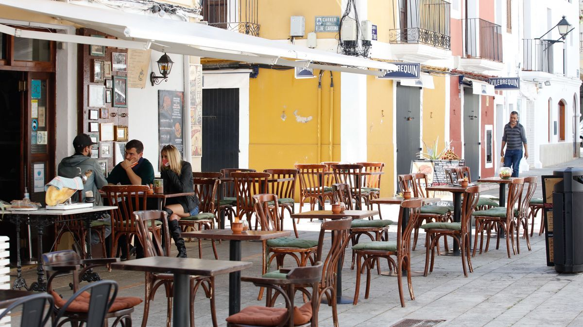Clientes en una terraza de la Marina de Ibiza. J. A. Riera