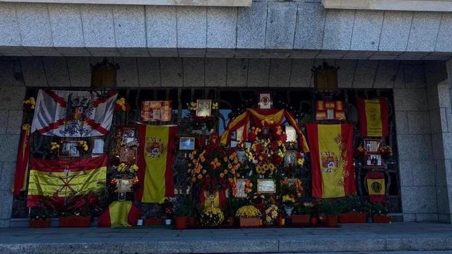 El panteón de Franco recibe ofrendas florales por el Día de Todos los Santos