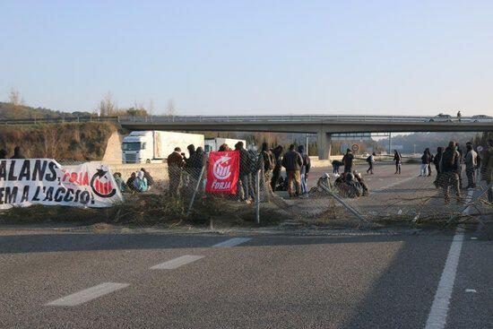 Tallen l'AP-7 a Girona