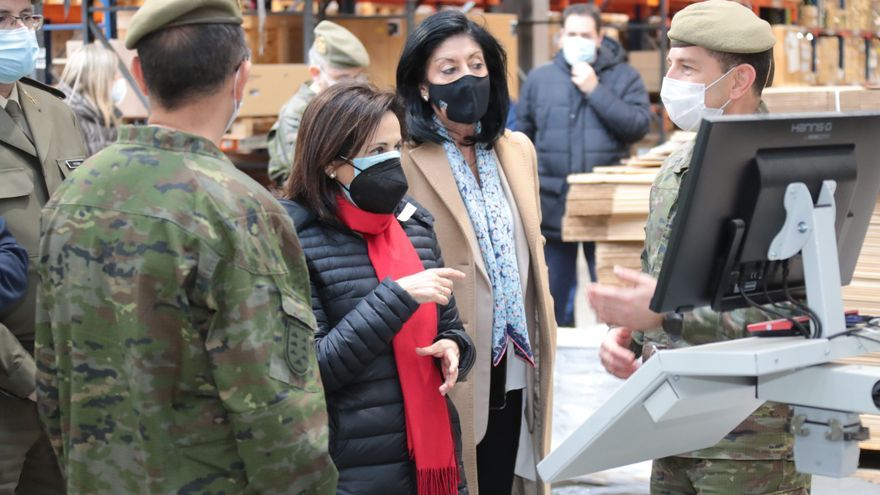 La ministra Margarita Robles, junto a la secretaria de Estado de Defensa, Esperanza Casteleiro.
