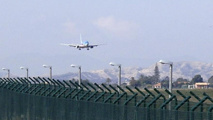 Desalojan de un avión en Alicante a un equipo de fútbol inglés por ir en estado ebrio