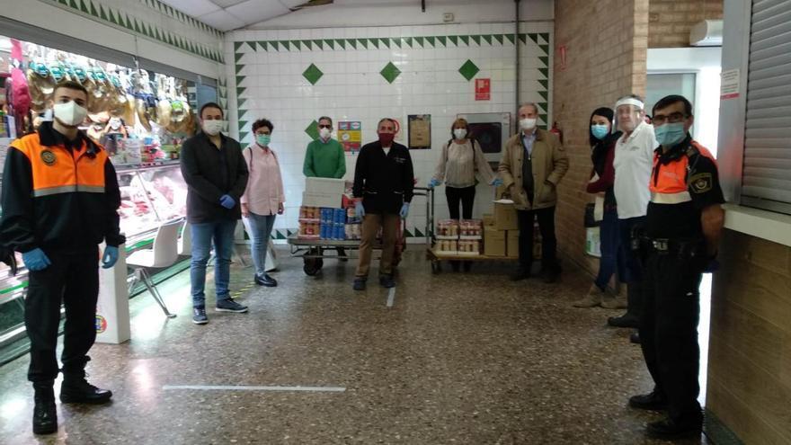 El mercado los Pinos dona alimentos para familias necesitadas en Manises