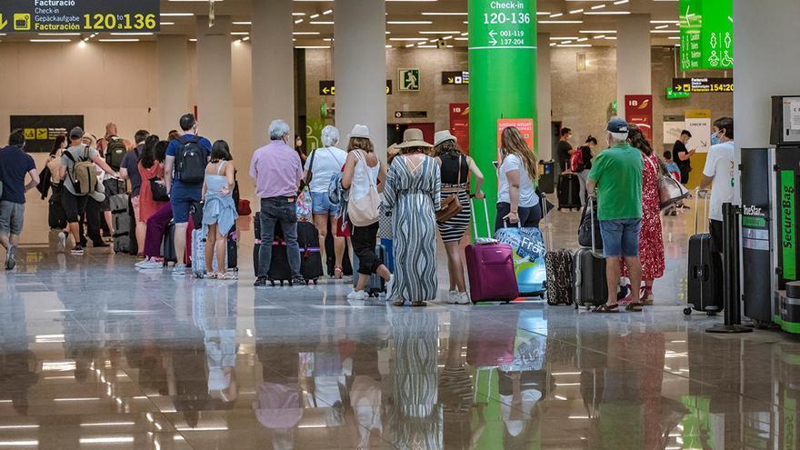 El Govern envía una carta a Ábalos para exigir más control en el precio de los vuelos