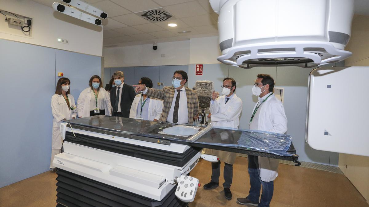 El equipo lleva instalado en el hospital Universitario desde el mes de junio. En la foto, cuando lo visitó el consejero.