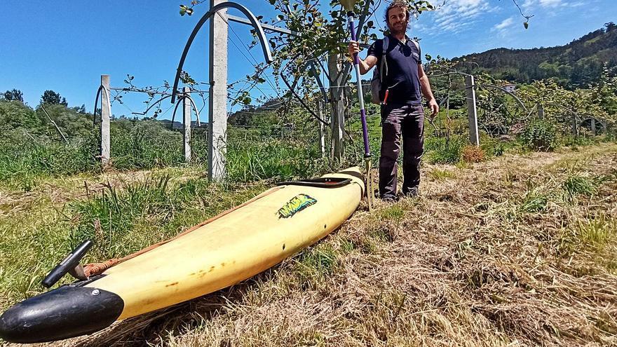 Roberto, el agricultor asturiano que cruza el río en piragua para cuidar sus cultivos de kiwi