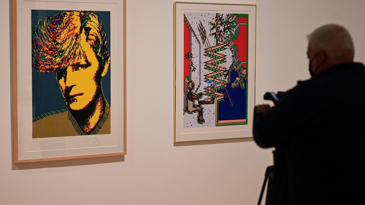 Un cámara toma imágenes de dos obras de la artista textil sueca Charlotte Johannesson.