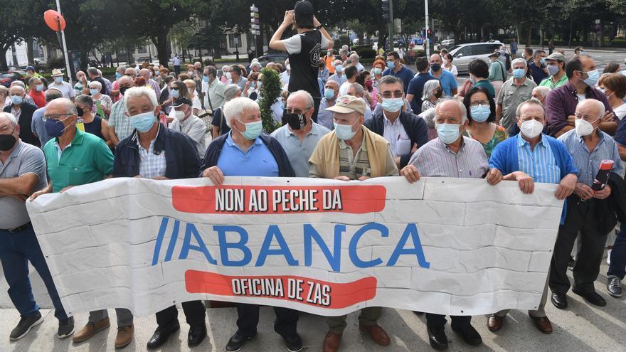 Manifestación contra el cierre de sucursales bancarias de Abanca en el Obelisco