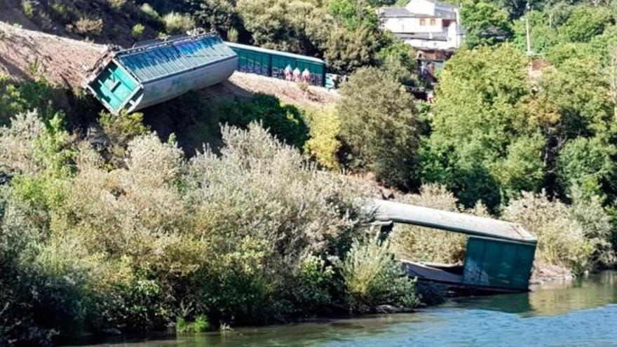 ADIF desvela que tiró  al Sil el vagón descarrilado para evitar riesgos a los operarios
