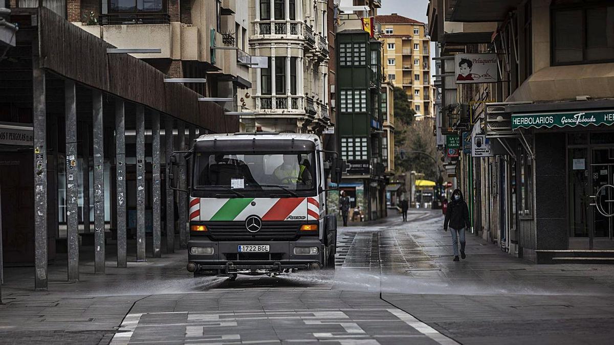 Un camión de Zamora Limpia, por Santa Clara. |