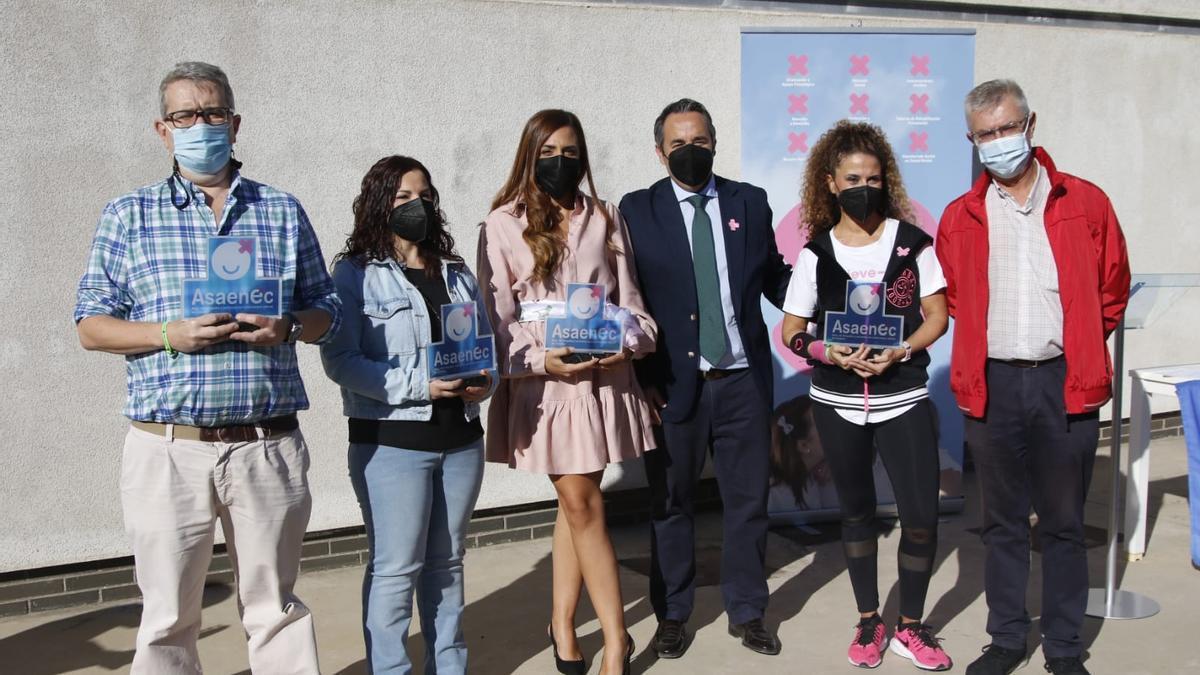 Los premiados, con representantes de Asaenec, este viernes, con motivo de la celebración del Día de la Salud Mental.