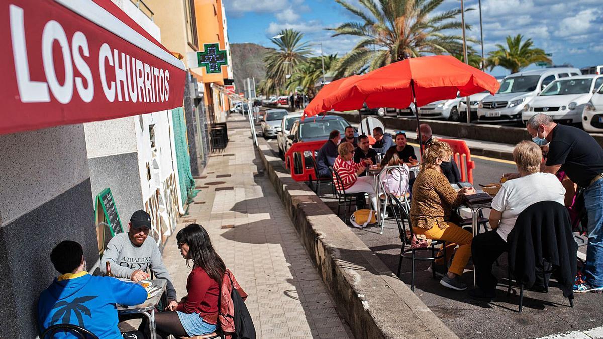 Mesas y sillas del bar Los Churritos de San Andrés ocupan la vía pública. | | CARSTEN W. LAURITSEN