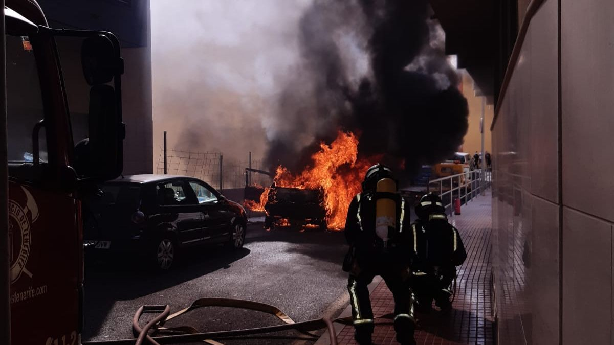 El incendio que se originó en un vehículo.