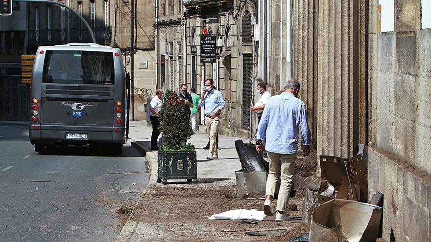 Una turista herida al salirse un coche policial contra la Diputación, de camino a un suicidio