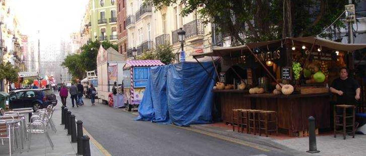 Los comerciantes de varios barrios se rebelan contra  los mercadillos falleros