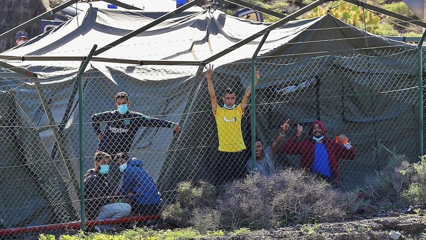 El traslado de senegaleses de Canarias a Asturias indigna a los sindicatos policiales