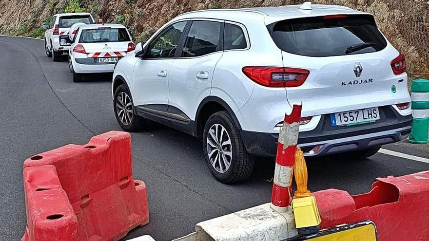 Los vecinos denuncian que se aparca donde está cortado el tráfico. | | E.D.
