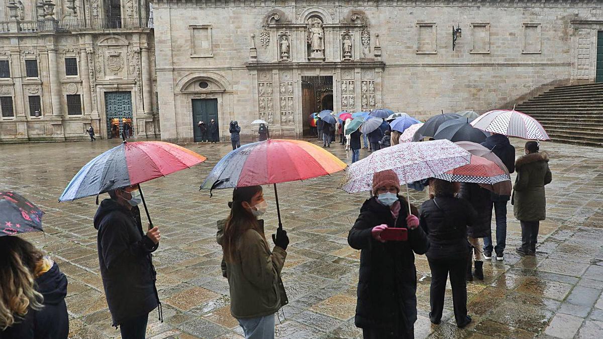 Primeras colas para entrar en la catedral de Santiago por la Puerta Santa. |   // XOÁN ÁLVAREZ