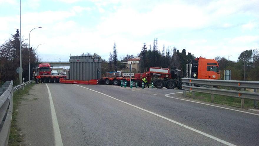 Un camió de transport especial col·lapsa l'N-II a l'alçada del Pont del Príncep