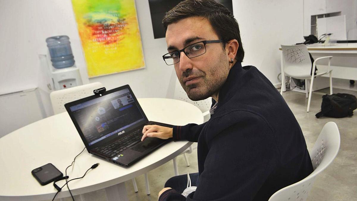 Rubén Martínez de 'Maestriko' en un aula del ISEN de Cartagena, donde imparte cursos sobre herramientas digitales.