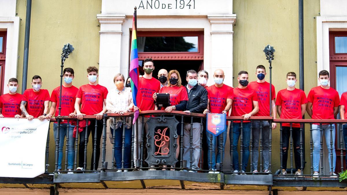 Los miembros del Langreo B, con Carmen Arbesú en el balcón del Ayuntamiento