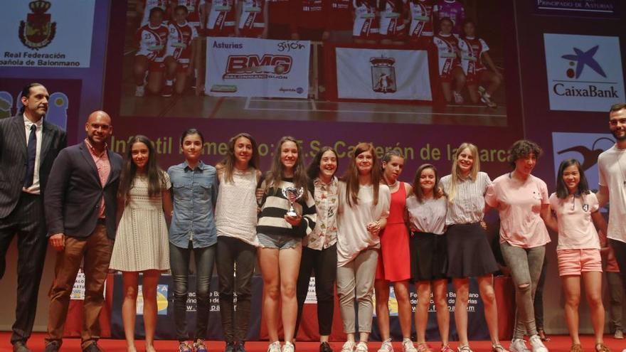 Rubén Garabaya recibe la insignia de oro y brillantes de la Federación Asturiana de Balonmano