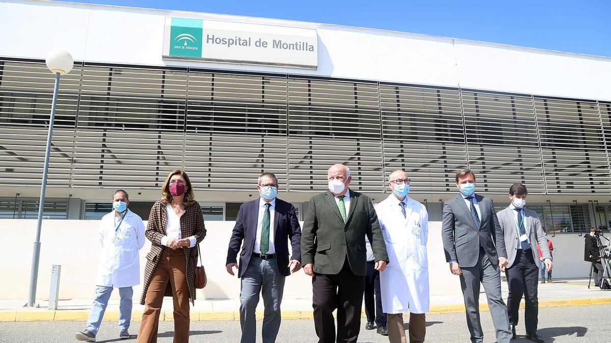 El consejero Jesús Aguirre, con autoridades sanitarias y del hospital de Montilla