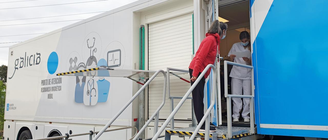 Personal en la unidad móvil de resonancias magnéticas instalada hoy en el Meixoeiro. // Marta G. Brea
